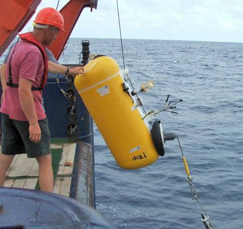 McLane Moored Profiler MMP ausgerüstet mit FSI CTD-Sonde, FSI Akustischem Strömungsmesser und Aanderaa Sauerstoffzelle beim Ausbringen vom FS METEOR